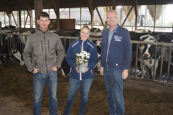 Abb.: Marco und Janine Hekert mit Gerold Klarmann, Außendienst Firma Ripken