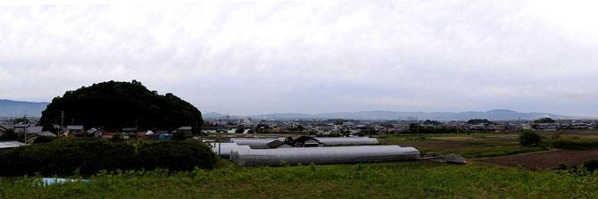 ホケノ山古墳の墳頂より箸墓古墳、纒向古墳群を望む