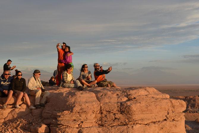 Unnötige Touristen fotografieren sich vor dem Sonnenuntergang.