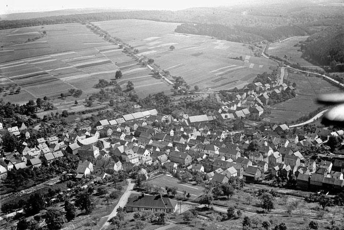Luftbild Richtung Osten 1934  mit der Turnhalle im Vordergrund