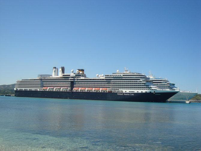 Die MS Eurodam von Holland America Line und dahinter die MS Costa Deliziosa