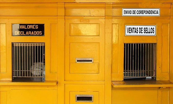 Postschalter in Puerto Plata. Zwei muessen reichen fuer eine 130000-Einwohner-Stadt.