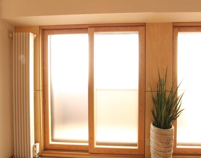 弊社オフィスに設置した木製の内窓。アルミサッシの内側に木の窓をつけるだけで、印象が大きく変わります。