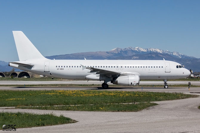 LY-VEO A320-233 558 Vueling Airline Lsf Avion Express @ Aeroporto di Verona © Piti Spotter Club Verona