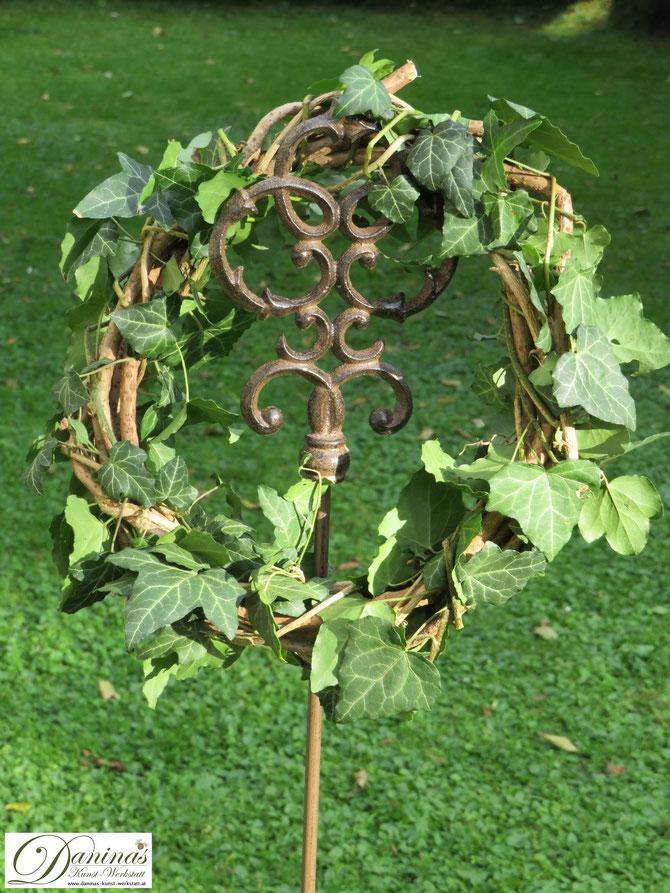 Wunderschöner selbstgemachter Rebenkranz mit Efeuranken für den Garten