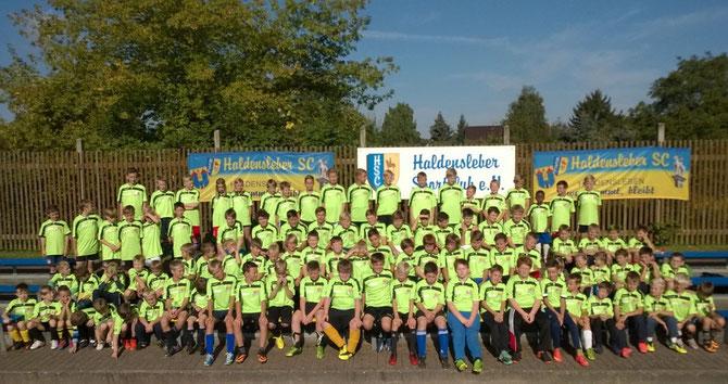 Bild der 102 Kinder am Eröffnungs-Montag an der Jahnallee und Impressionen
