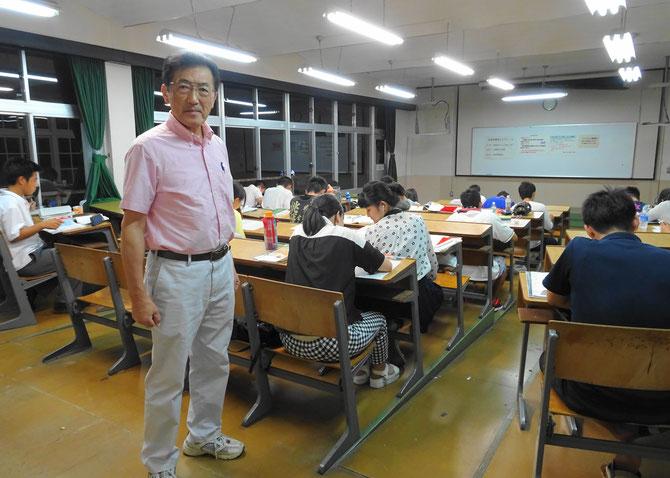 閉館の日も学習室では学生たちが勉強