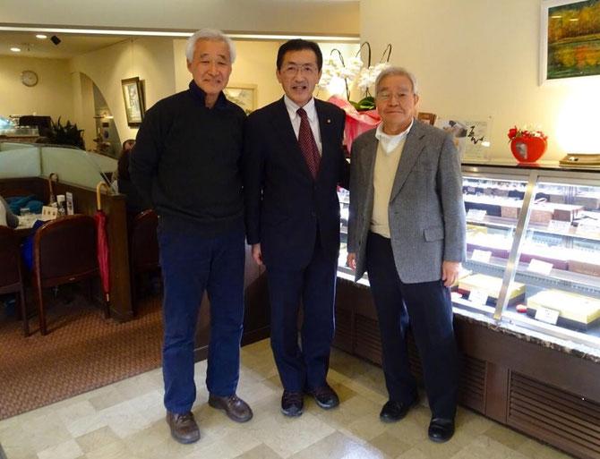 同窓会の真壁会長(向かって右)と笠野副会長