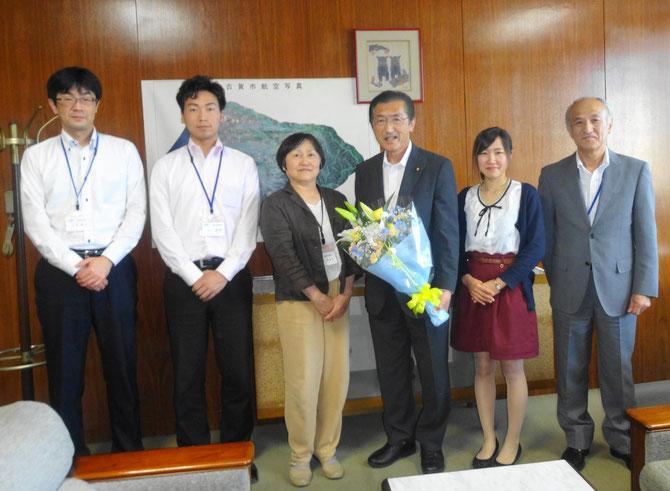 議会事務局職員と記念写真(5月12日、古賀彩加さんが撮影)