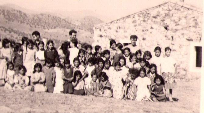 Une école en alternance, garçons et filles, le matin et l'après-midi, faite par un appelé du contingent, volontaire pour enseigner. 2 photos de Joseph Malinge