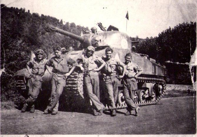 """Jean Hérelle caporal-chef  21 ans 2ème a gauche """"Pilote de char """"   2jours après le débarquement   (Char SHERMAN ) nom du char""""TURENNE"""""""