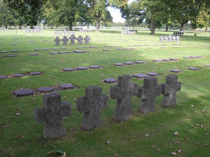 Cimetière militaire renfermant les tombes de 21300 soldats allemands de la Seconde Guerre Mondiale.