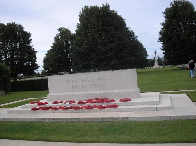 . En face, sur le fronton du Mémorial à la mémoire des combattants, une phrase en latin rappelle qu'en 1944, les Britanniques sont venus libérer le Pays de Guillaume le Conquérant.