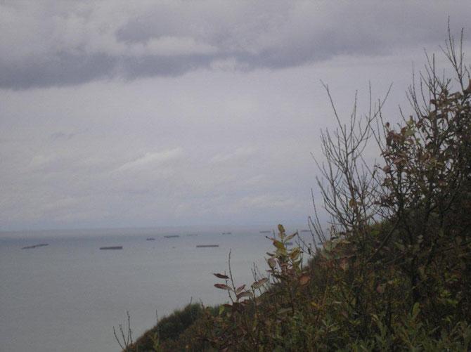 Les ponts du débarquement a Aromanche vue de Longues-sur-mer