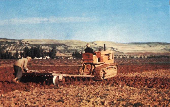 Tracteur à chenilles traînant un cover-crop