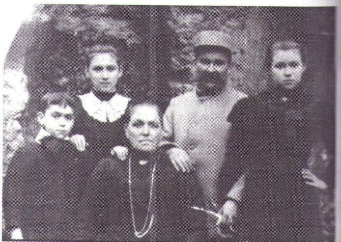 Emmanuel GUYOMARD Mort de la grippe Espagnole quelque jours avant sa démobilisation en novembre 1918 ; à droite :au centre l'épouse : Eugénie ROCHEREUIL: Photo prise au mois d'octobre au cours d'une permision