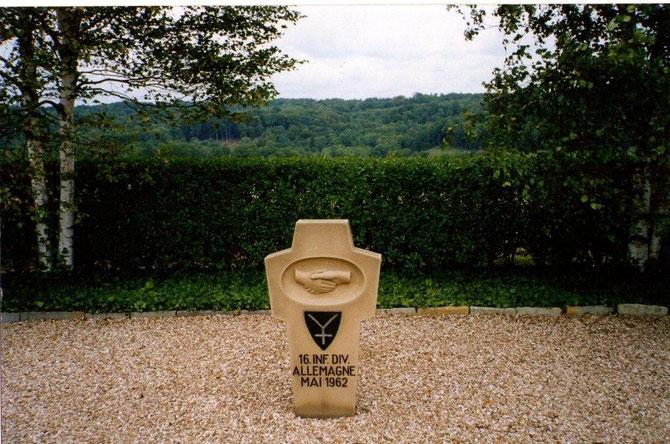 Stèle marquant la réconciliation entre la France et l'Allemagne. (Entre Vouziers et Stonnes, Ardennes)