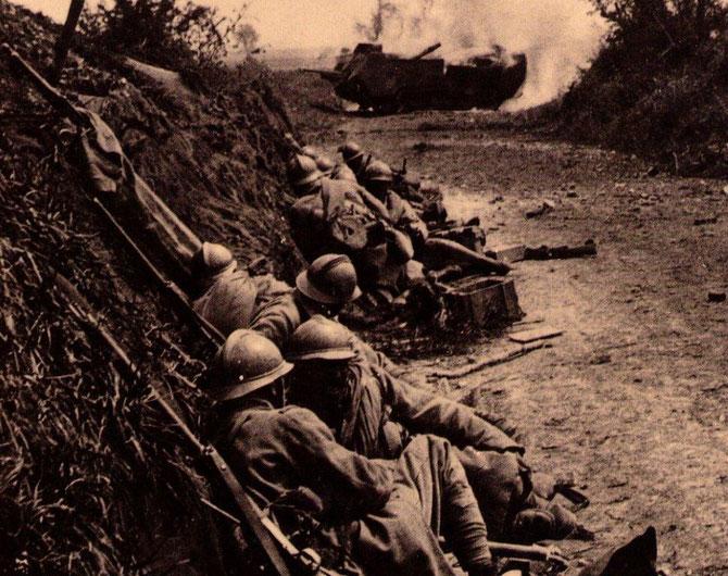 Soldats en position ce protége derrière un talus