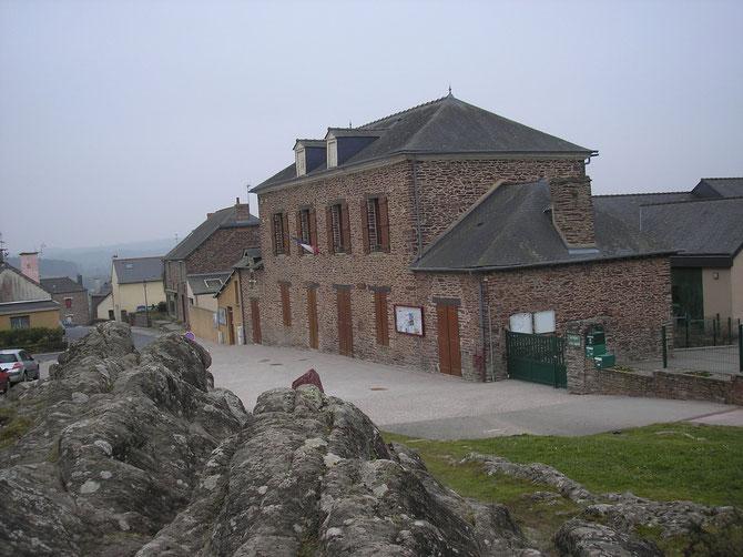 La mairie et son rocher