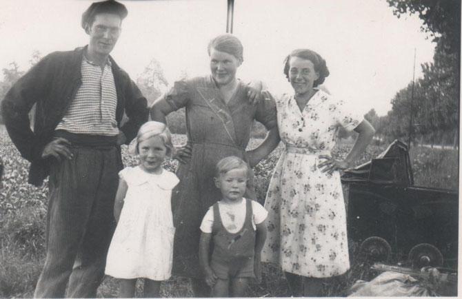 Suzanne Lesourd (au centre), son mari Charles et leurs enfants Nicole et René en 1938 (don de François Lesourd