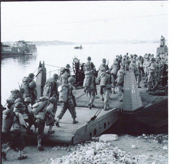 Italie,golfe de Tarente, embarquement , a bord d'un chaland des troupes du Général De Lattre-de-Tassigny sur les côtes de Provence. La 1er Armée étais composé de 230 000 Hommes