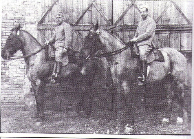 La cavalerie était encore très présente ô cours de cette guerre: sur cette photo le cavalier de droite un jeune de Monterfil Léopold Bougeard du village de la Bétangeais