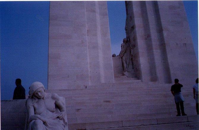 A la base duquel on voit deux statues de mères pleurant leurs enfants.66 655 Canadiens sont morts au cours de la première guerre mondiale