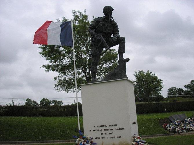 En leur honneur, une stèle a été élevée le 6 Juin 1946, dans le petit square situé près du pont sur le Merderet. Tous les ans, pour le 6 Juin, une cérémonie réunit les vétérans américains