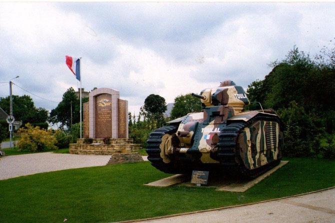 A la fin de la guerre 14-18 Il y avait un slogan,''on a gagné car nous avons la meilleure armée du monde''. On oublia dans les années 20 et 30 de  renouveler les armemenst; Ici un char Renault pas très moderne