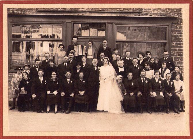 Famille Guillard au Mariage d'Albert Guillard  en 1937 sur la photo assis en partant de la droite Germaine, 4 ème Alfred Guillard le père, auprès du marier Marie la mère