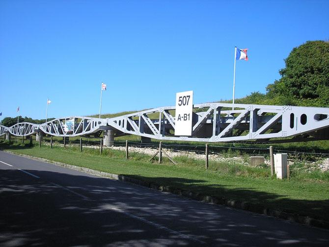 Une reconstitution  très partielle  du pont  d'Aromanche a Vierville s mer