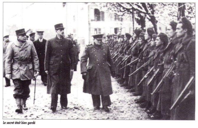 Le Général De GAULLE Président du Gouvernement Provisoire de la République, chef des A Fançaises acompagné de Winston CHURCHILL,passe en revue un peloton des Forces Française de l'Intérieur à gauche le Général de MONSABERT Commandant le 2ème Corps d'Armée