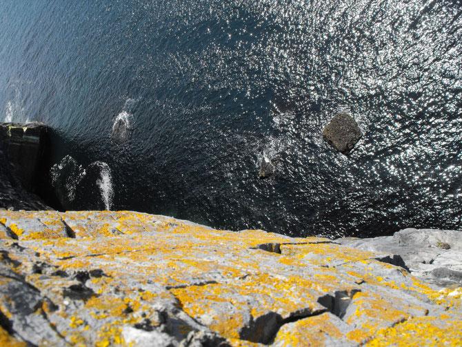 ダンアンガッサの断崖から眼下の海をのぞく