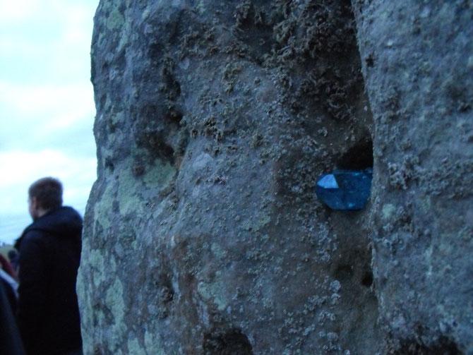 ストーンヘンジの石に触れられるのは1年にたった2回だけ。クリスタルのチャージも!