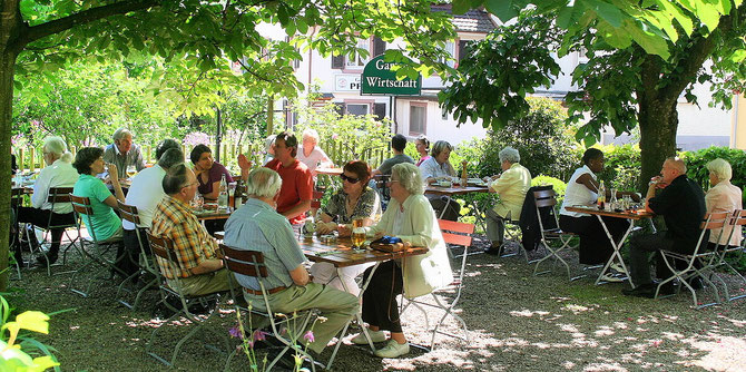 Gartenrestaurant Hirschen Holzen. Biergarten im Grünen unter den Bäumen