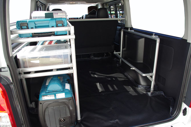 ハイエースにコンテナやお仕事の道具を効率的に積載・収納することができるトランポプロ室内キャリアの棚です。
