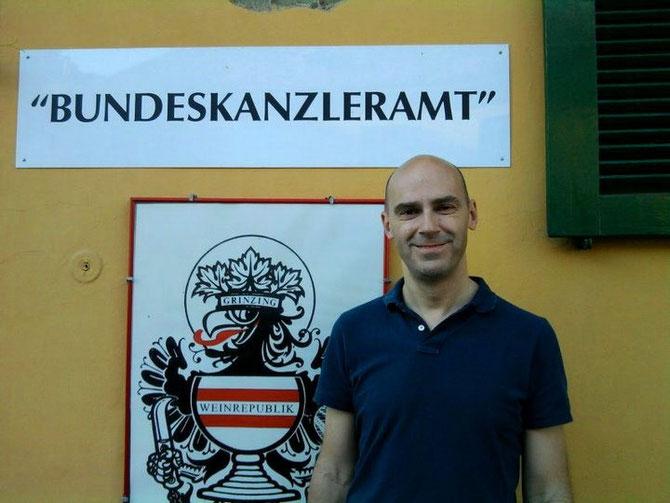 Matthias Traimer vor dem Bundeskaznleramt in Wien.