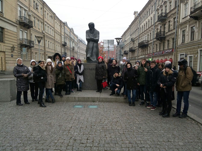Начало экскурсии в музее Ф.М.Достоевского.У памятника Ф.М.Достоевскому.