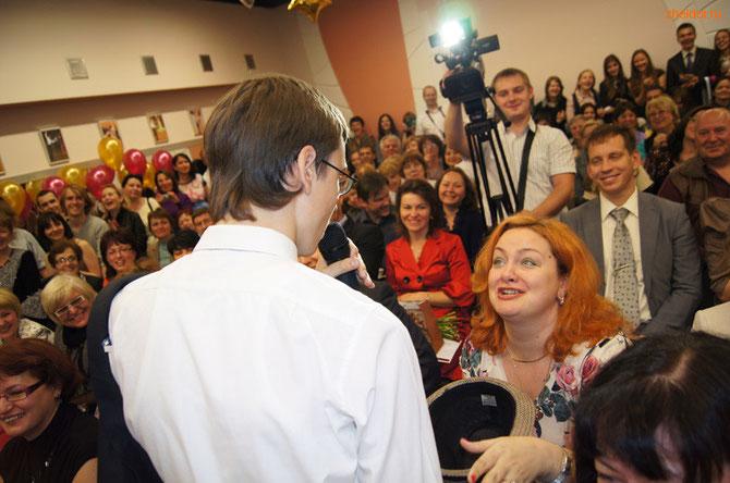 Киса Воробьянинов просит поставить бедному лицеисту тройку по английскому языку.