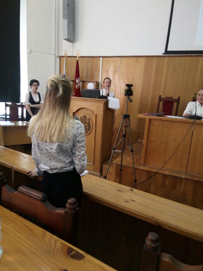 Соня Ильина выступает в МГОУ с докладом.