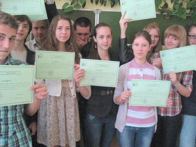 Заключительное занятие лагеря. С сертификатами участников летней профильной практики.