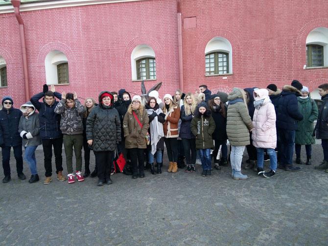 Ученики 10-х классов на экскурсии в Петропавловской крепости.