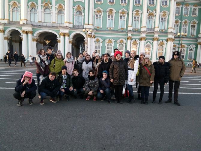 На Дворцовой площади, у Эрмитажа.