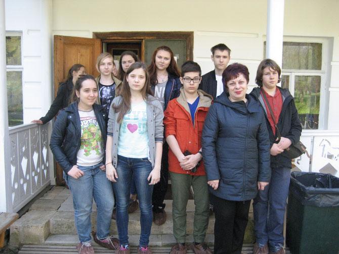 У дома Л.Н.Толстого в Ясной Поляне.