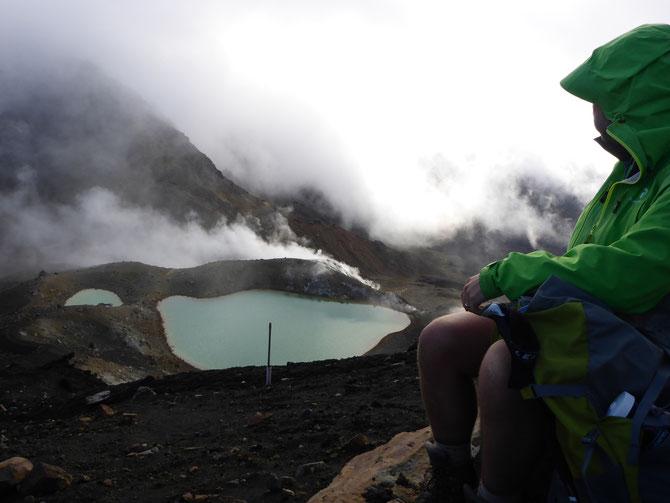 Pause über den Emerald Lakes, die immer wieder in den Wolken verschwunden sind