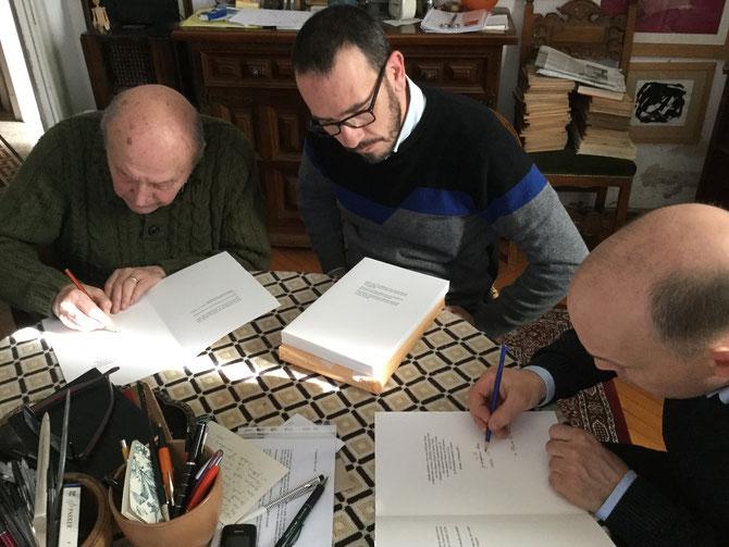 La firma dei colophon. Da sinistra: Giampiero Neri, l'editore Roberto Dossi e Nando Crippa