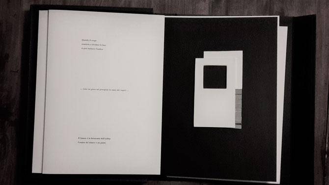 pagina con stampa tipografica e opera originale di Carlo Oberti - tecnica mista - 170x100 mm circa