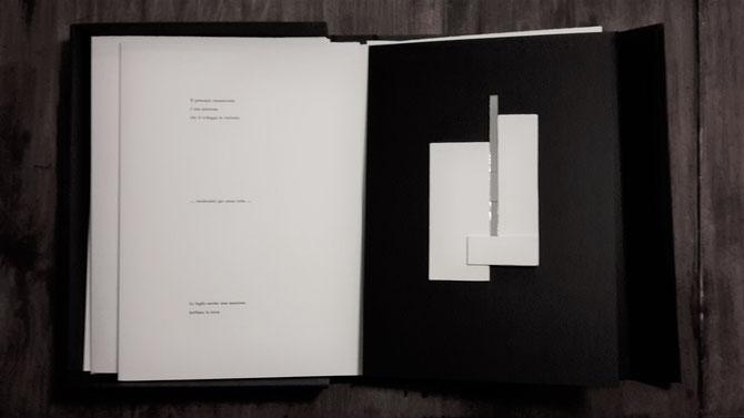 pagina con stampa tipografica e opera originale di Carlo Oberti - tecnica mista - 190x110 mm circa