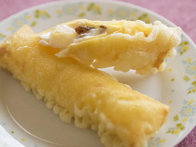 デザート春巻のカット写真。レーズンとパインアップルがごろごろしてます。