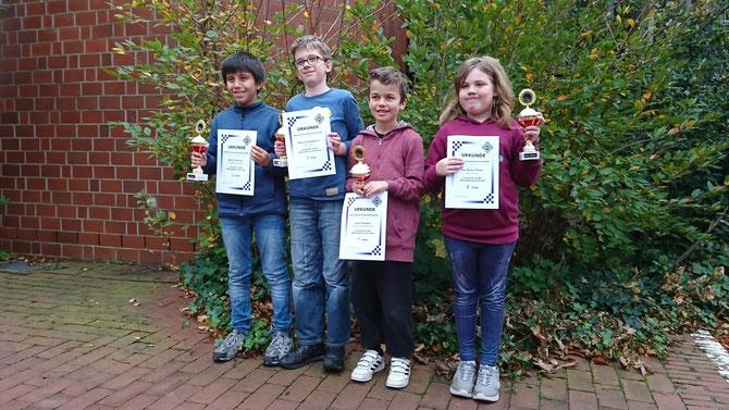 Gruppenbild der U12 BJEM 2017: Dennis (2. Platz), Marvin (3.Platz), Leon (1. Platz) und Lea-Marie (bestes Mädchen)